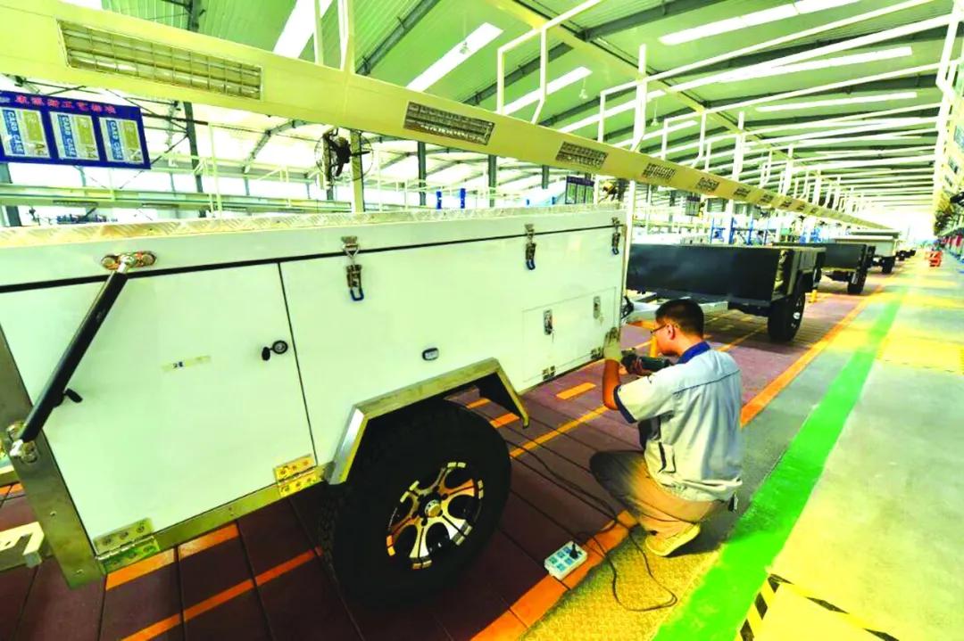 康派斯房车生产车间一片繁忙景象。纪哲 摄