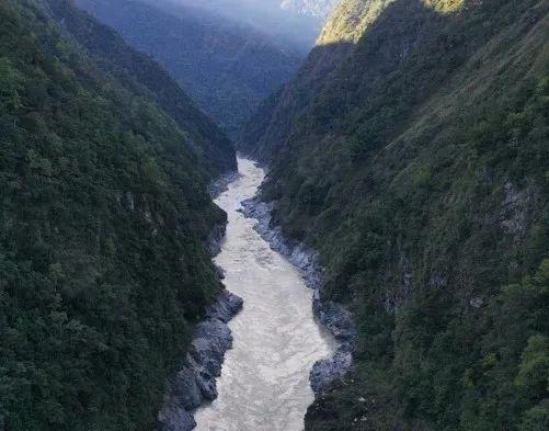 ▲ 天然的水汽通道——雅鲁藏布江大峡谷