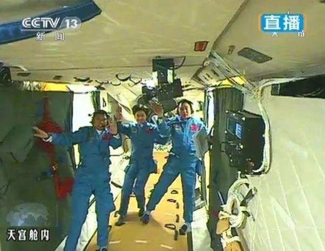 2012年,神九航天员景海鹏、刘旺、刘洋全部进入天宫一号实验舱内