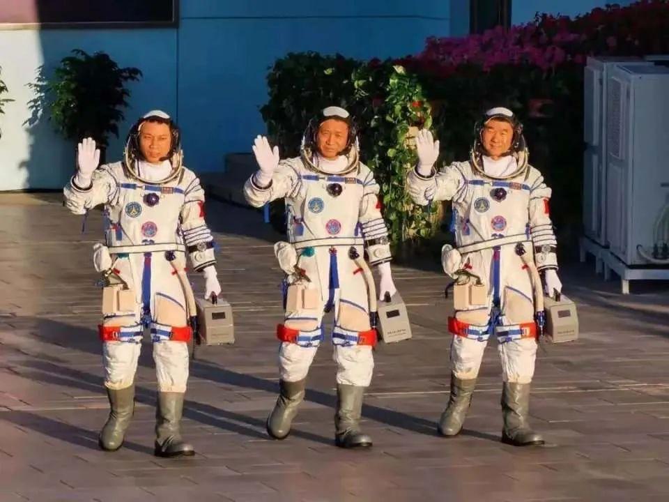 """2021年,航天员聂海胜、刘伯明、汤洪波奉命出征,并成功进入中国人自己的空间站,TikTok立即""""同步直播""""了相关盛况。"""
