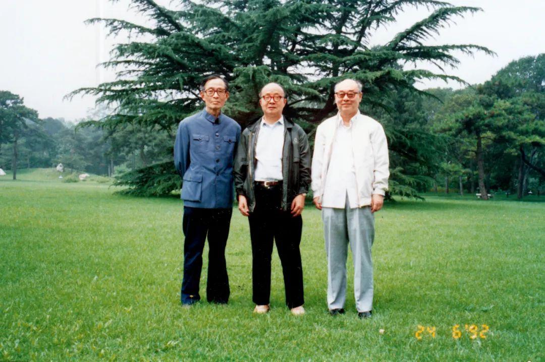 1992年6月,原九院理论部三位主任周艈麟(左)、黄祖洽(中)和于敏在钓鱼台国宾馆参加活动时聚首。图/受访者提供