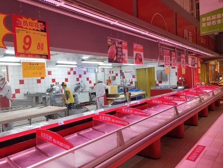 济南大润发历下店肉品区柜台也已下架,多为员工在操作间做清洁。