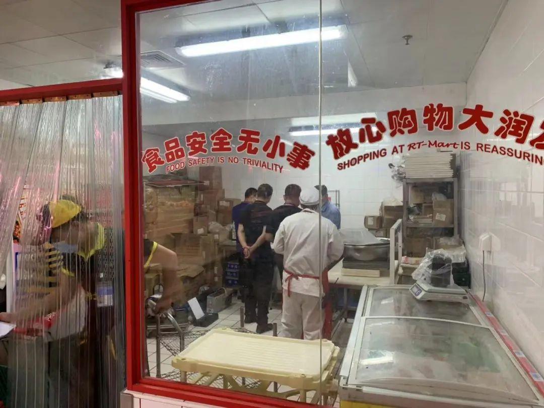 济南市和历下区市场监管局的相关工作人员正在现场进行相关取样调查工作