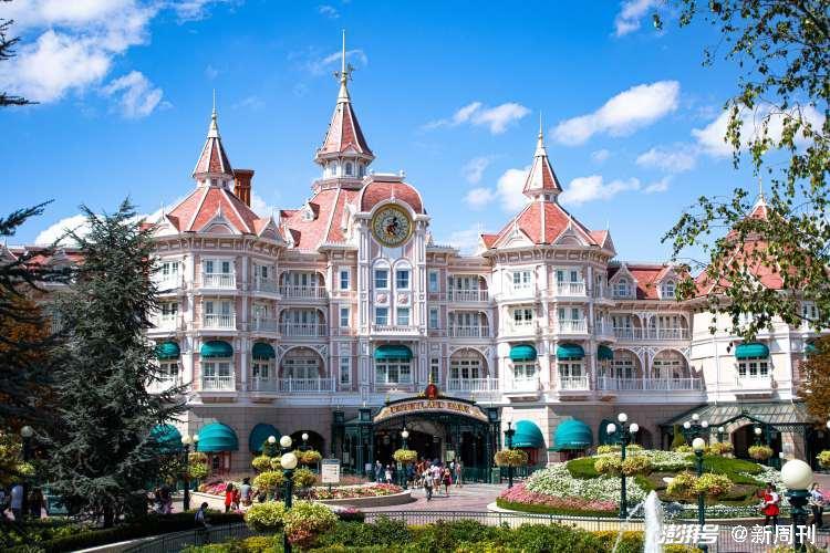 """在迪士尼乐园的商业模式中,游客入园后的""""二次消费""""(包括纪念品、餐饮、酒店)非常重要。/pexels"""