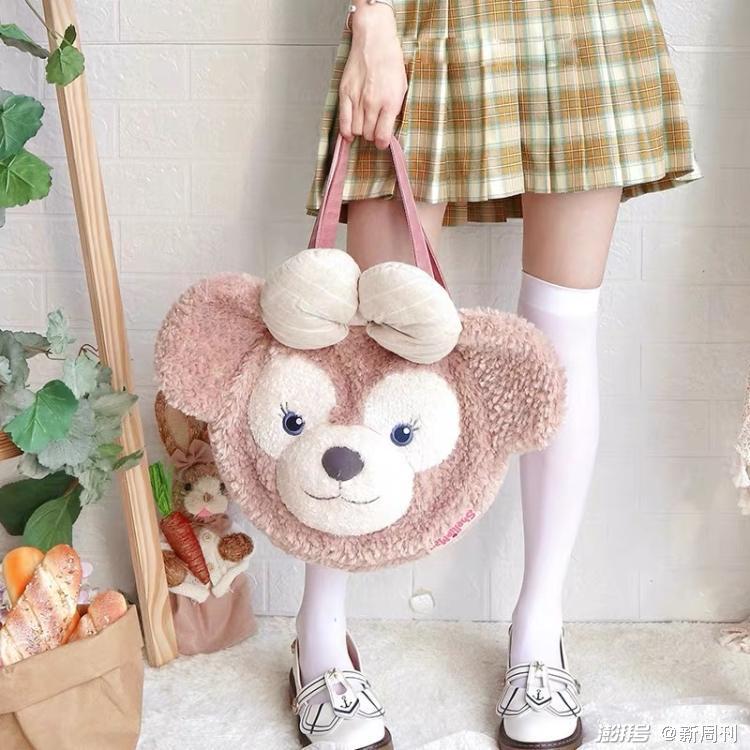 """达菲熊在日本少女中人气一路飙升,它几乎成了JK制服、洛丽塔裙的""""标配""""。/购物网站截图"""
