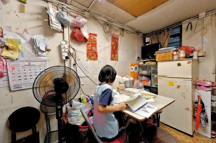 香港房屋问题一直以来成为社会发展的困扰。图为基层市民居住在环境恶劣的劏房内。(香港文汇网资料图)