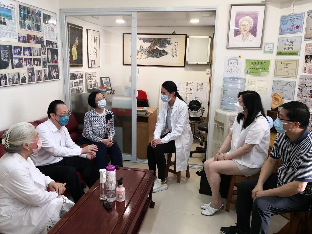 2日上午,谭铁牛副主任来到来到位于铜锣湾怡和街1号的香港大厦,探访中医诊所。