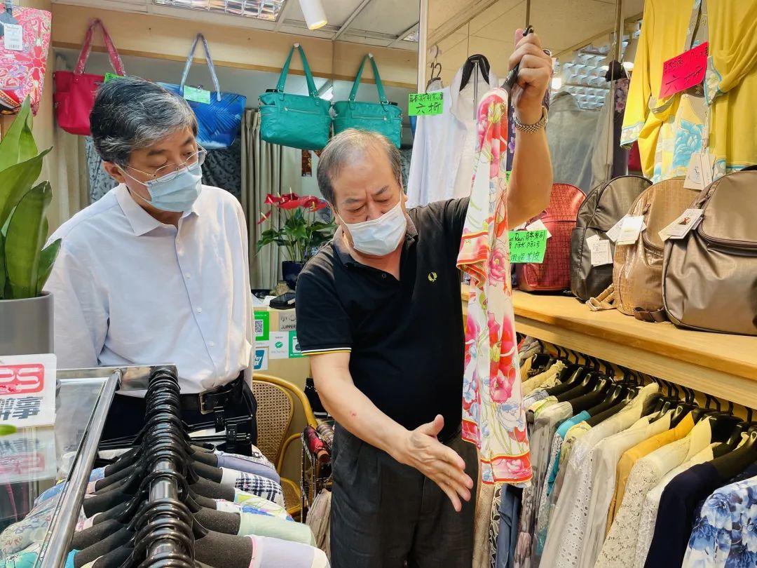2日,罗永纲副主任走访九龙区服装店。