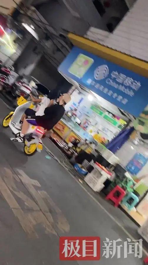 电动车上男子头戴日本军帽,视频截图