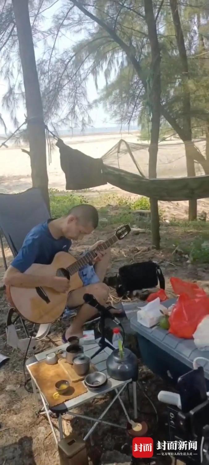 梁成在海边沙滩弹吉他