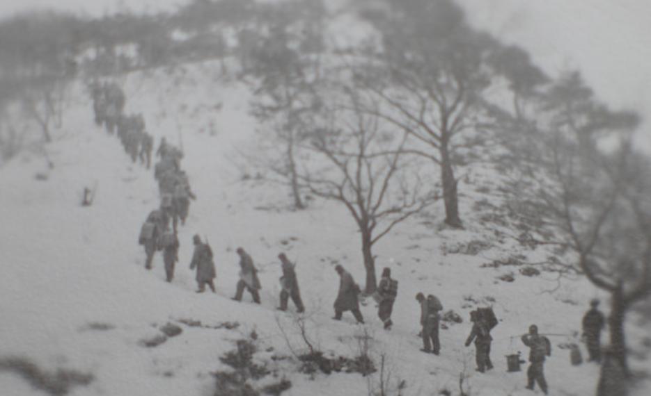 我志愿军战士在朝鲜战场上行军(来源:央广军事)