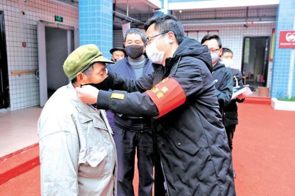 基层党员干部为资中县银山镇敬老院老人送去口罩 记者 周瑶慧 摄
