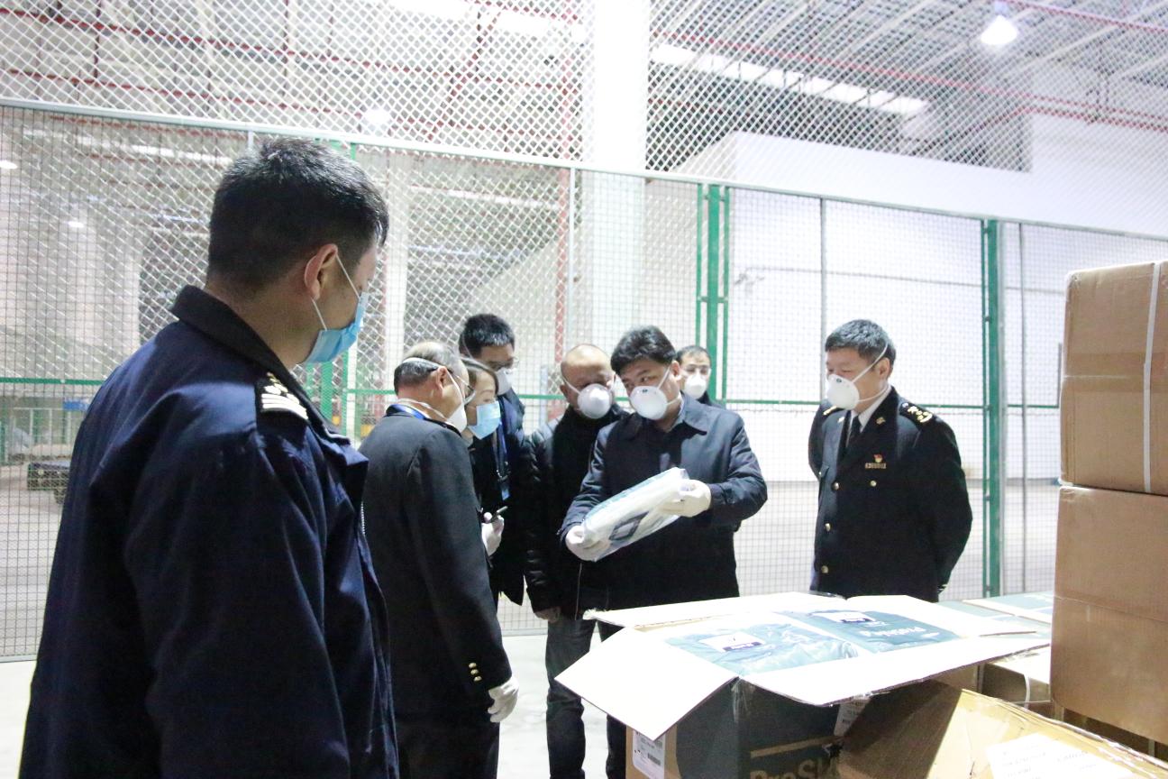 张燕向贵州省工业和信息化厅副厅长敖鸿一行介绍物资情况