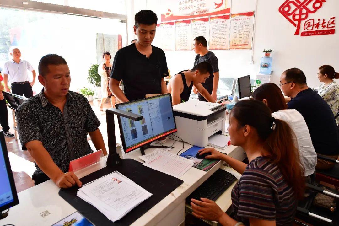 社区居民在河南省邓州市花洲街道办事处中州家园社区为民服务大厅办理业务 冯大鹏 摄