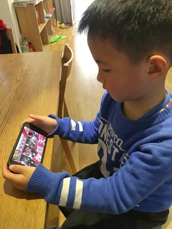 3月21日上午,湖南衡阳石鼓区同兴路小学组织学生在线观看视频《英雄回家》,致敬抗议英雄。