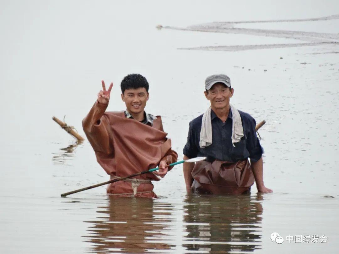 (图片由志愿者提供。图中人是在捕捞丰年虫,每天秋天捕捞,个体生命通常只存活2-3个月。)