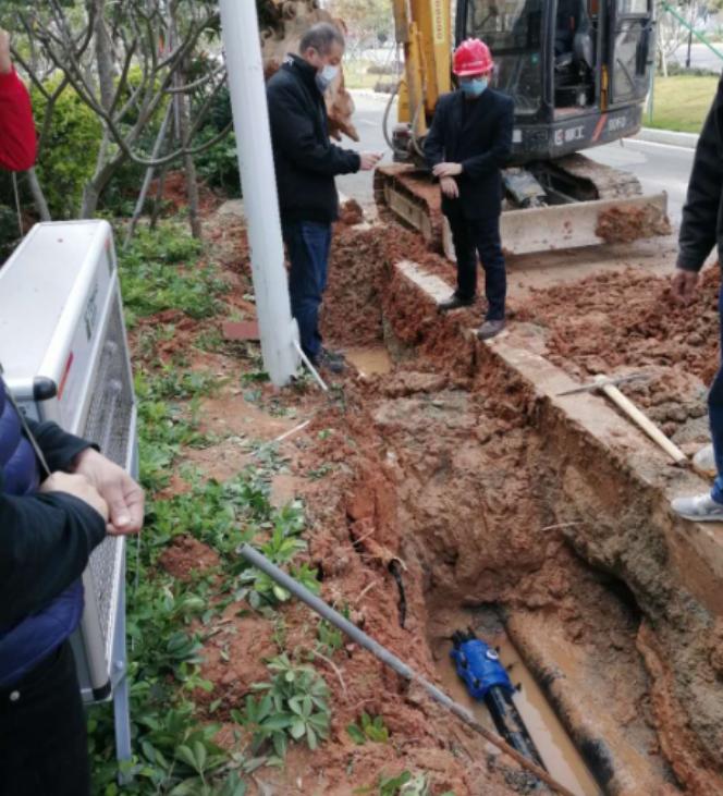 △供水人员对医院水管漏点进行抢修作业