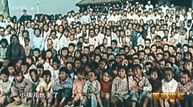 """纪录片《战""""疫""""》截图,图为上海郊区任屯村七十年代合影。此时的任屯村生育率上升,孩子多了,老人寿命也长了,年轻人身体强壮了,情况完全改变了"""