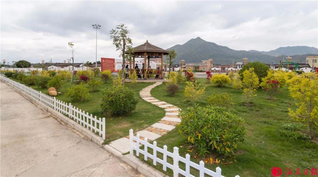 图为海丰县城东镇大嶂村村前公园一角