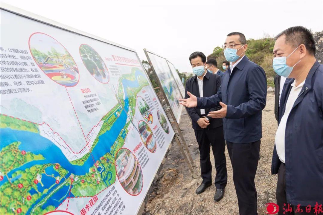图为代市长逯峰在海丰县黄江河流域水污染综合整治工程工作