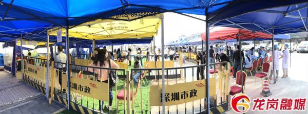 现场设置了5个登记分流台和5组检测采样帐篷