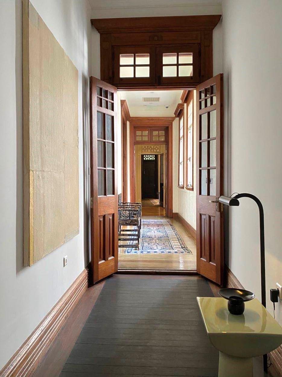 双子别墅LIAIGRE空间走廊与艺术品摆设