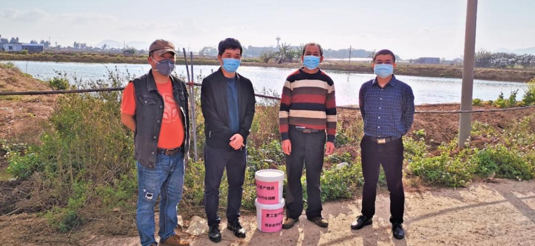 ▲刘小龙(右一)给养殖户们送去消毒剂、增氧片