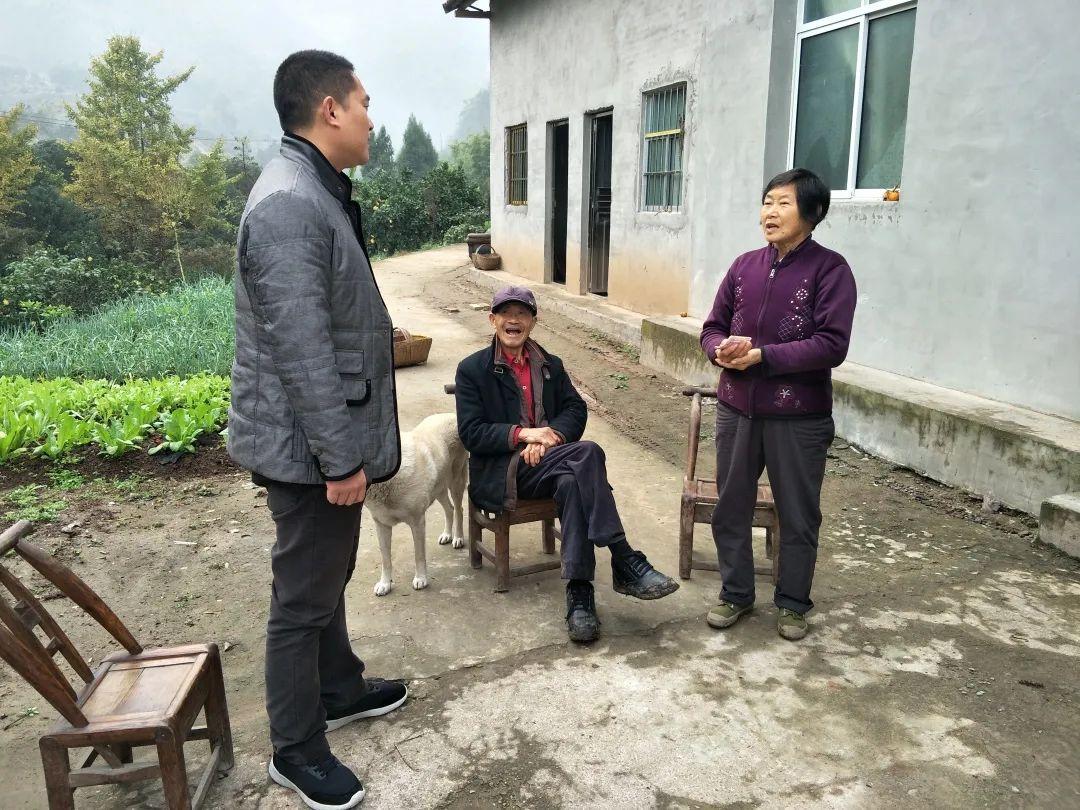 PT游戏 ��邹敏探望贫困户龙德斌 七组的龙德斌本年51岁