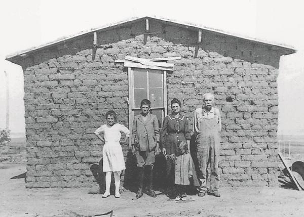 无人之地的家庭和他们的草皮房子,日期不详