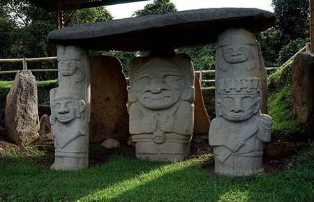 圣阿古斯丁考古公园里的和神态各异的雕像