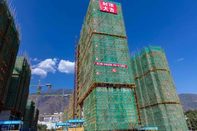 首栋封顶的移民安置房 摄影:黄春江