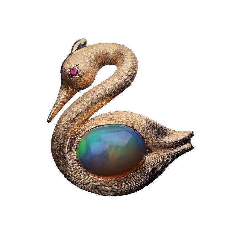 水晶欧珀红宝石天鹅胸针 图源于风笛艺术电商平台