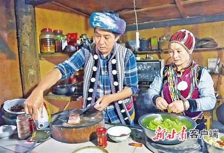 怒江傈僳族自治州福贡县匹河怒族乡老姆登村的郁伍林和妻子,是该村开办农家乐和客栈的致富带头人。