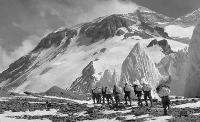 图集丨中国登山队60年来登顶珠峰瞬间