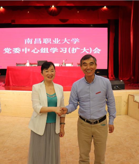 学校理事长章跃进出席学习会并与刘光萍教授合影
