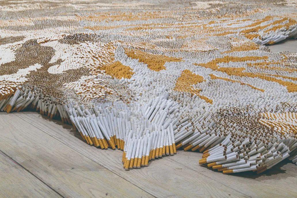 徐冰,《虎皮地毯》(2011),500,000个一等香烟、喷胶和地毯,洛杉矶艺术博物馆展览现场©徐冰工作室, 图片:©Mseum Associates / LACMA