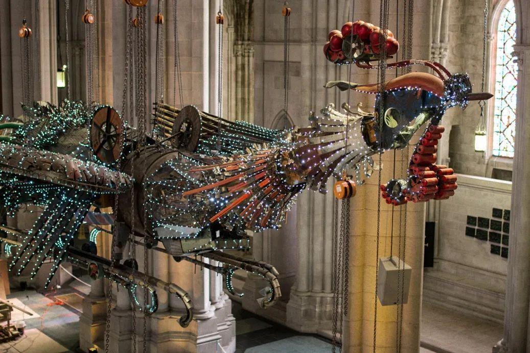 徐冰,《凤凰》(2007—2010),来自建筑工地的碎片和材料,约792.5cm×3048cm,2014年纽约圣约翰大教堂展览现场。图片由徐冰工作室提供