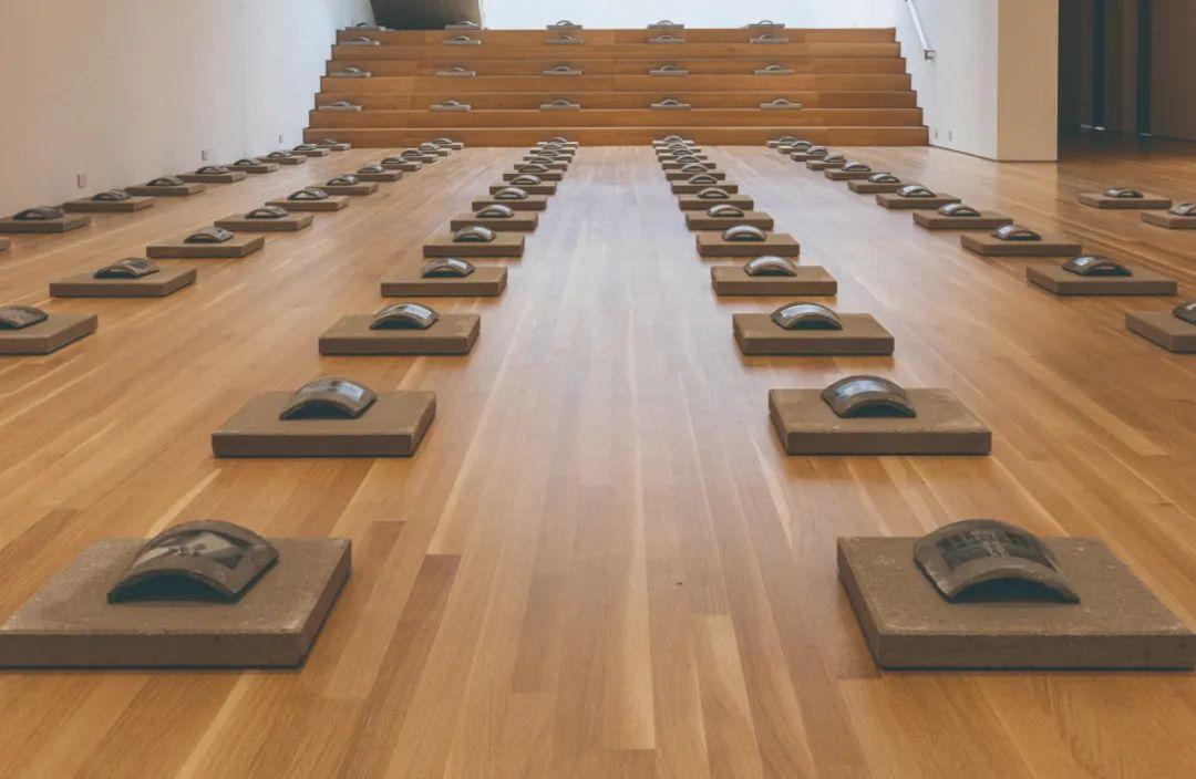 尹秀珍,《变化》(1997),黑白照片、瓦片,Wrightwood 659 展览现场。图片由艺术家和佩斯画廊提供
