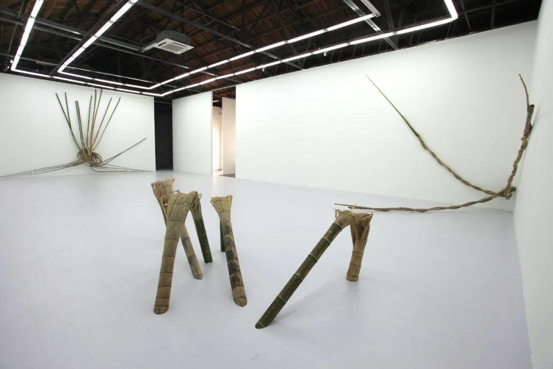 """萧昱,《竹子的构图2号》(2010),竹子,270cm×200cm×95cm,2010年北京公社""""回头""""展览现场。图片由艺术家和北京公社提供"""