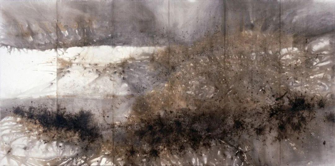 蔡国强,《山脉》(2006),纸上火药,呈现在6块纸板上。图片由蔡国强工作室提供