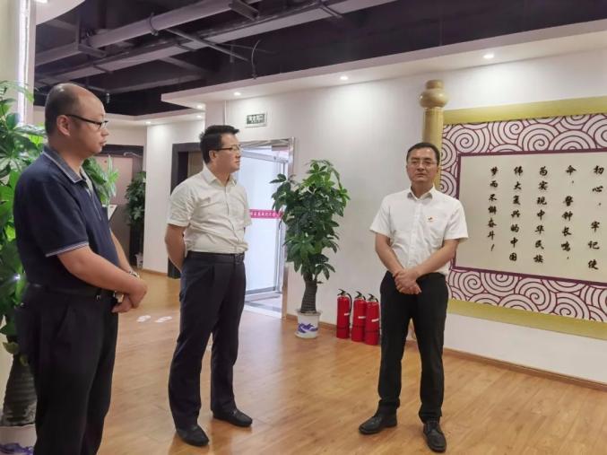 区委书记王强在区纪委区监委现场办公