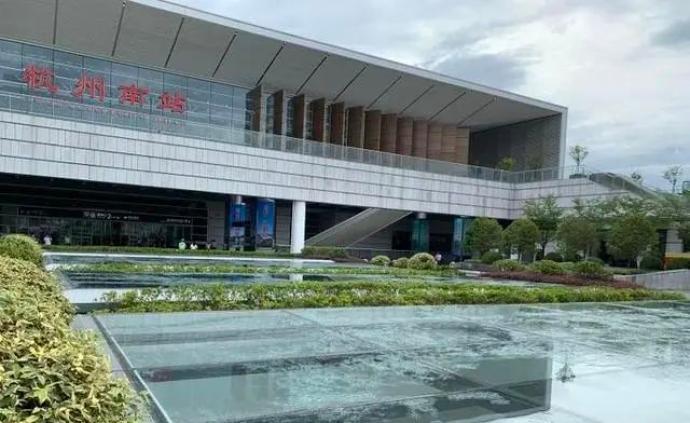 """暴雨后第二天杭州南站天花板仍在""""下雨"""",7年升級開通才2天"""