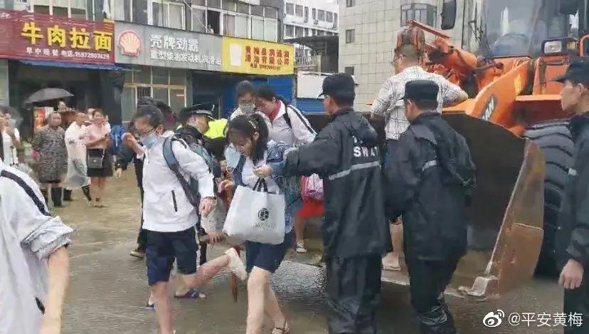 湖北省黄梅县9人被埋在滑坡中,第7和第8名被困人员被搜救