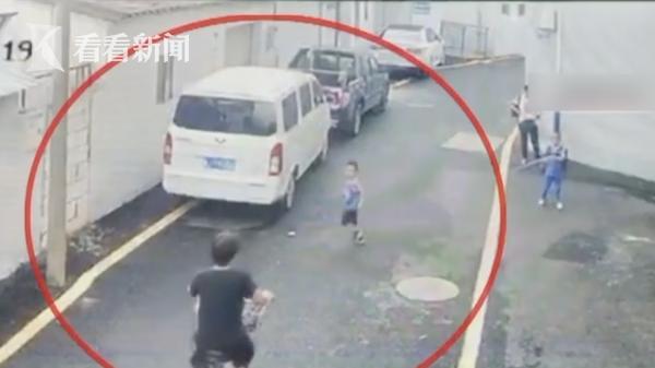宝盈平台app停车场玩捉迷藏,深圳5岁幼童被撞,家长一旁目睹整个过程
