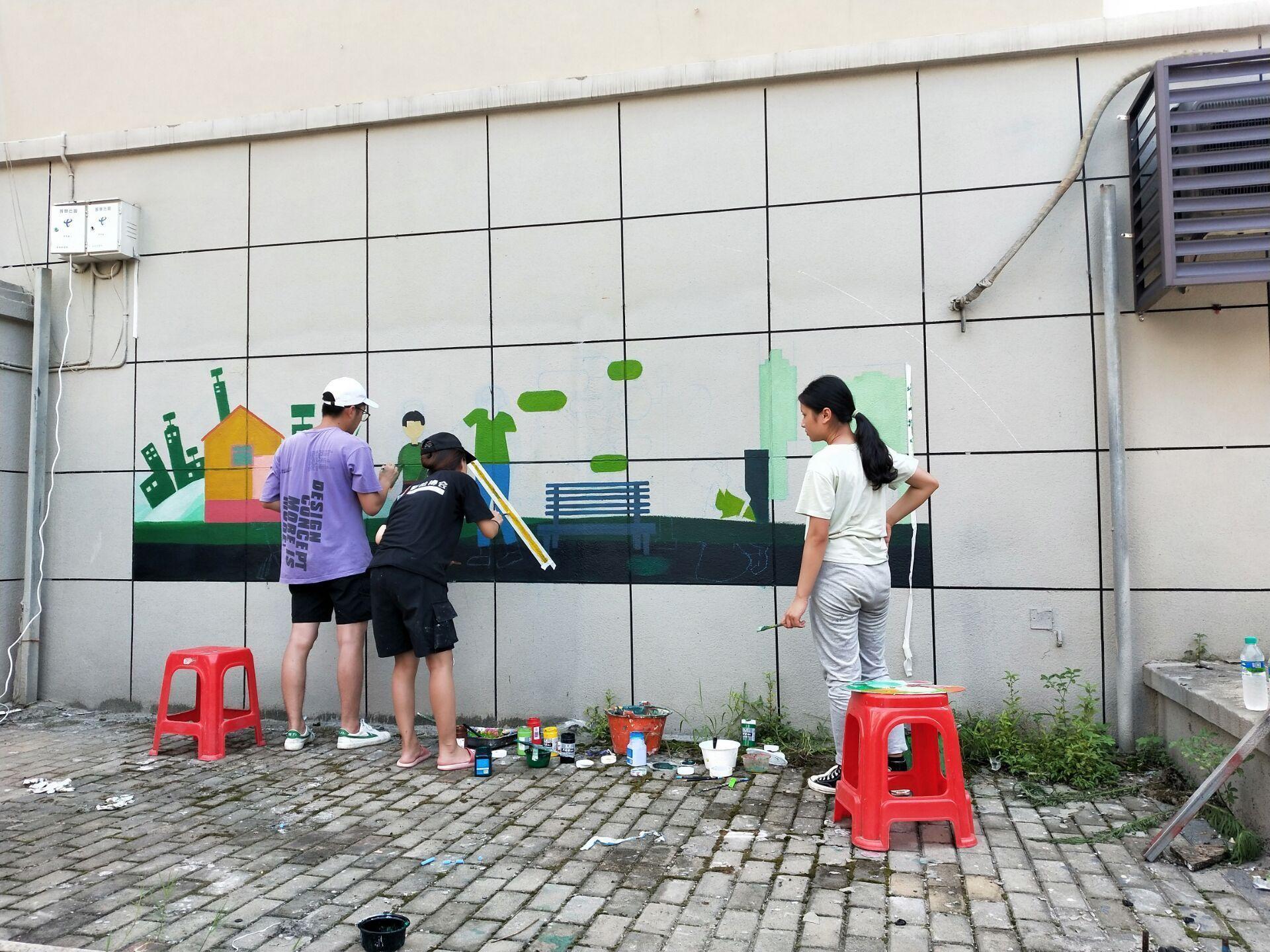 """江西南昌县海嘉路社区:小区大门口""""穿新衣"""" 和谐社区绘上墙"""