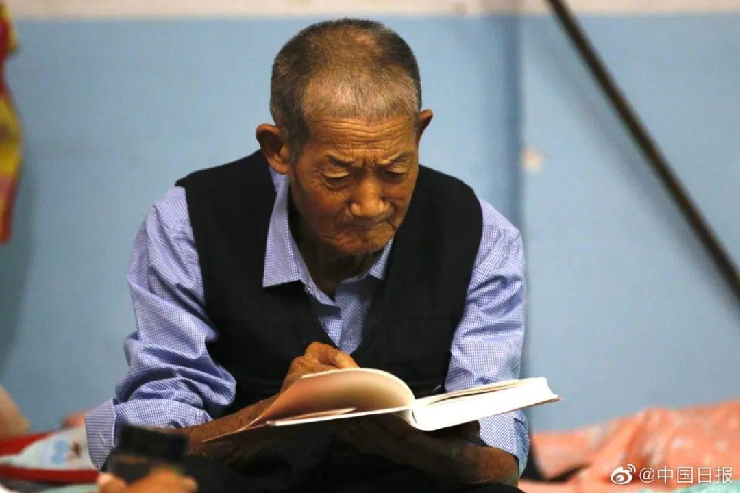 81岁低保贫困户洪水安置点读书