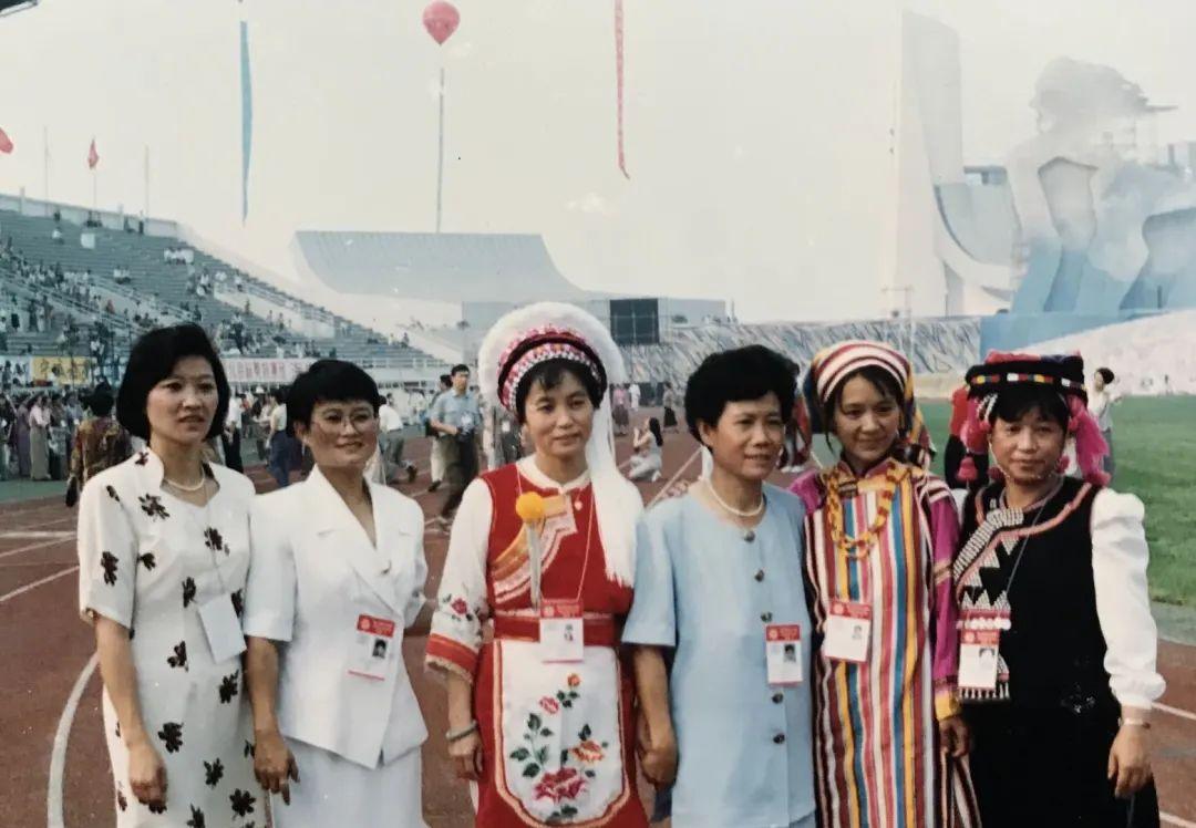 1995年,作为云南NGO论坛的主执发言人之一,与云南省各界各民族妇女代表一起参加北京世界妇女大会开幕式。左二为赵捷
