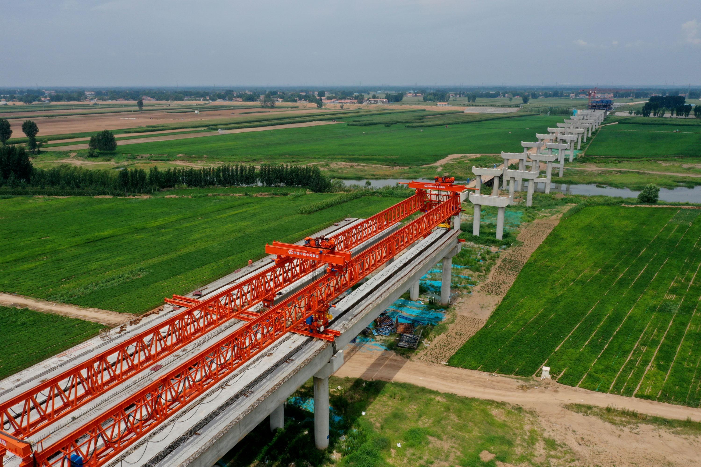 8月3日拍摄的G207焦作至温县快速通道项目沁河特大桥工地。