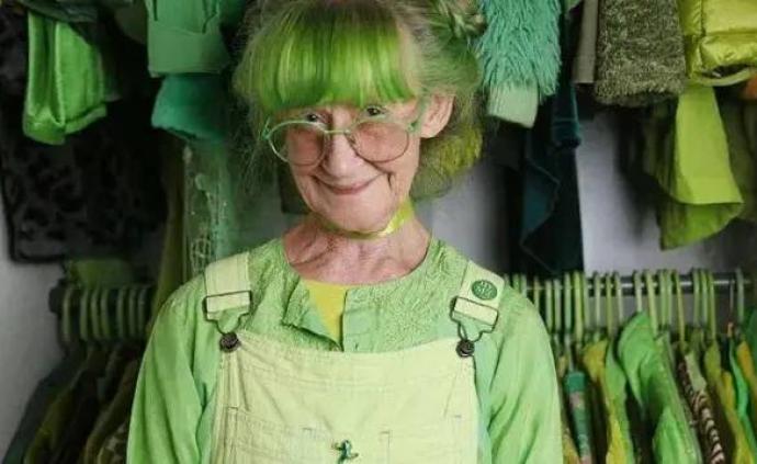 全世界最爱绿色的人:80岁奶奶满身满屋都是绿,你喜欢吗?