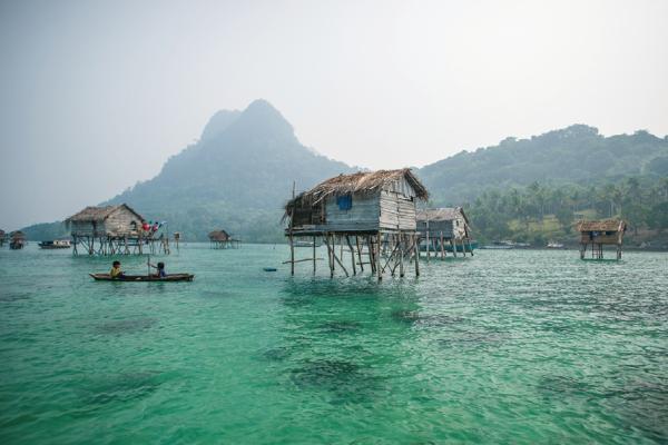 图:生活在海上木屋、以捕鱼维生的巴瑶人